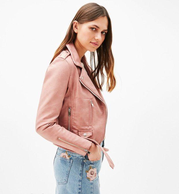 мода в женской одежде: розовая куртка косуха под юбку джинсовую