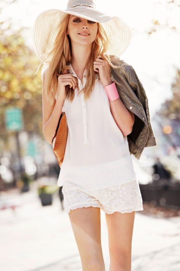 мода в одежде: белая блузка под ажурные шорты