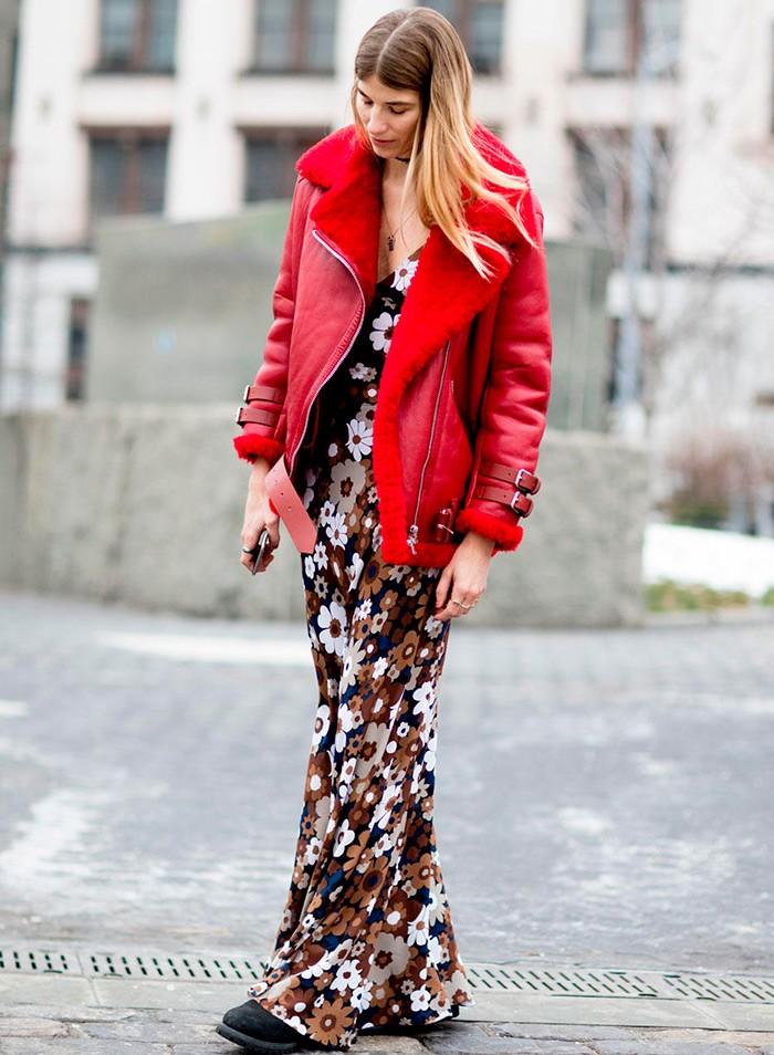платье длина макси в цветы под красную дубленку