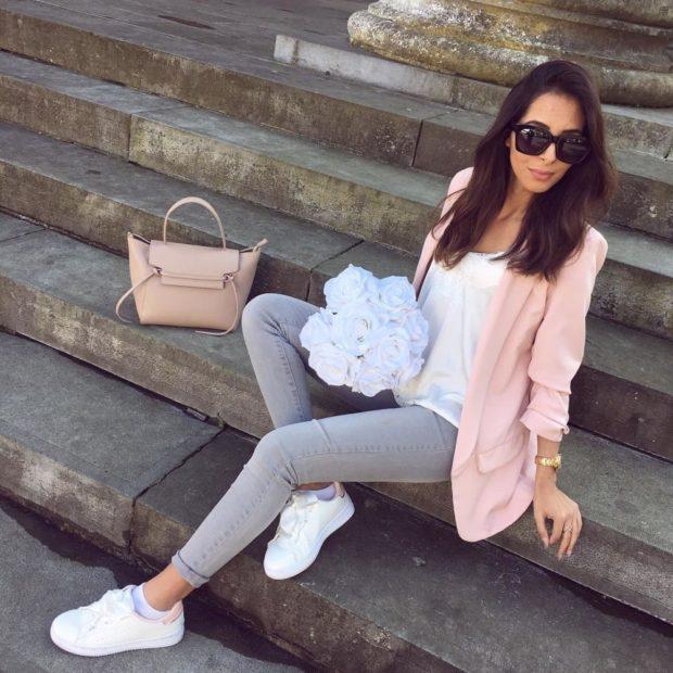 серые штаны под белую блузку и розовую кофту