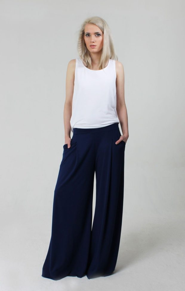 синие широкие брюки