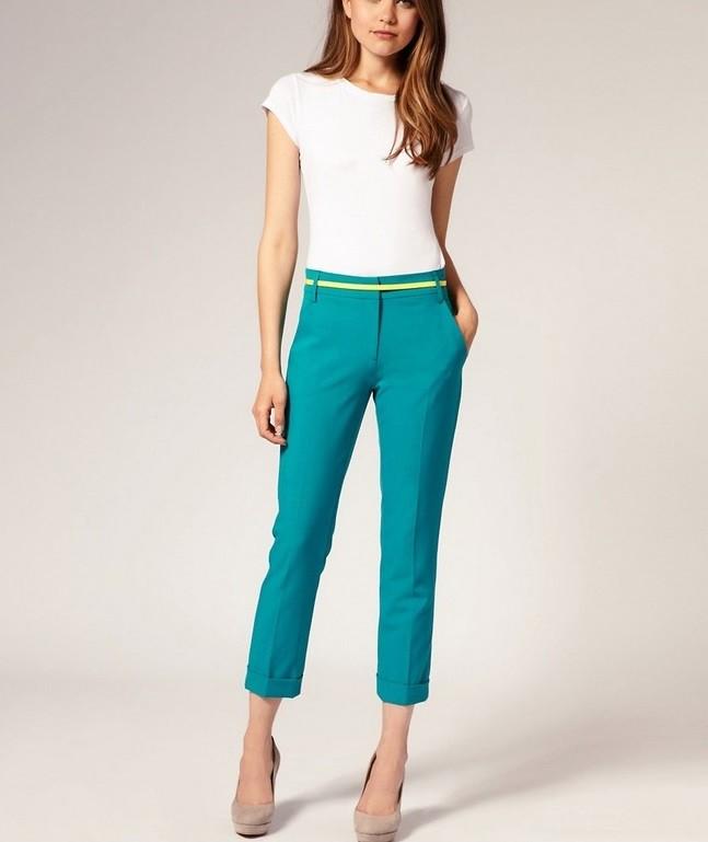 короткие бирюзовые брюки под блузку белую