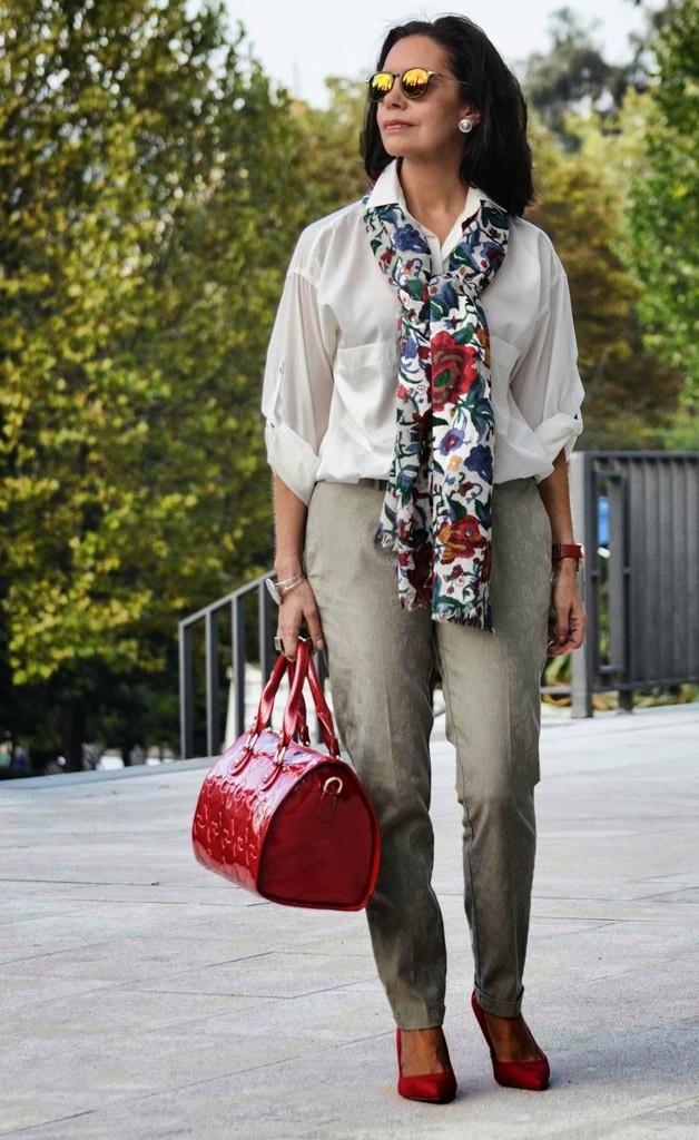 серые брюки под прозрачную блузку и цветной шарф