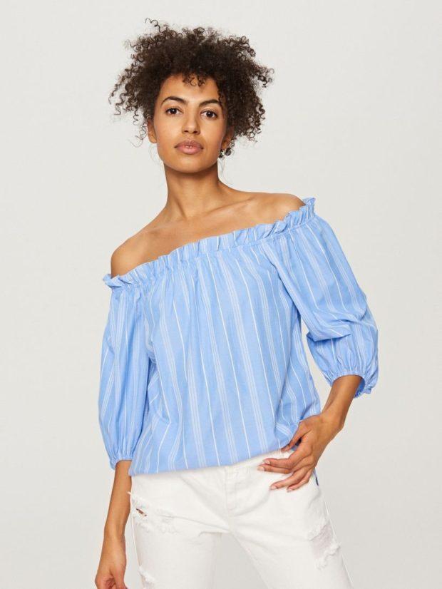 голубая блузка с открытыми плечами