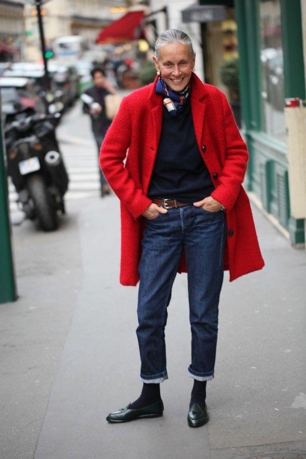 синие джинсы короткие под пальто красное