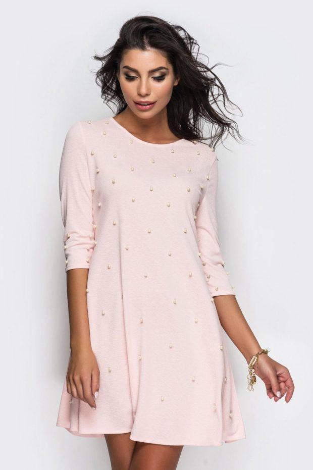 нежно-розовое платье трикотажное