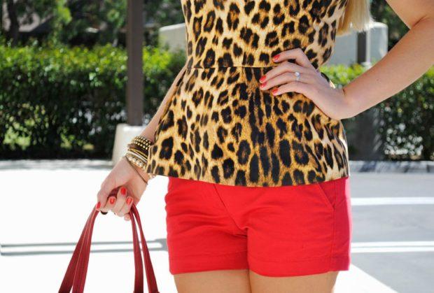 блузка в хищный принт под красные шорты