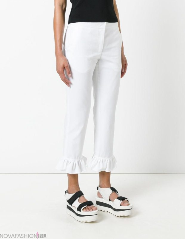 белые короткие штаны с рюшами