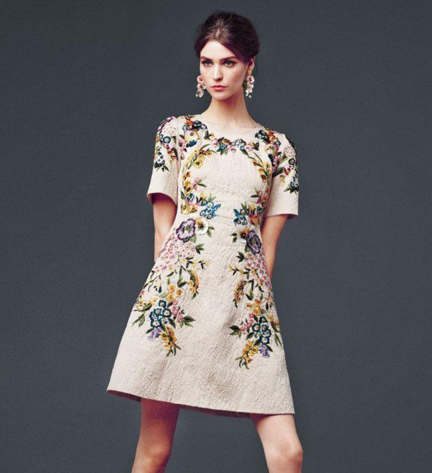 платье бежевое в цветы с коротким рукавом