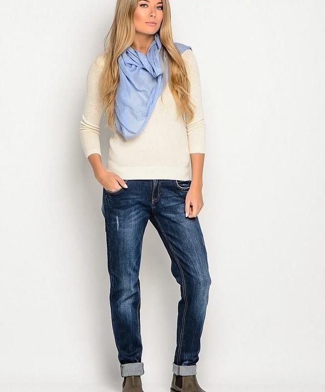 синие джинсы под светлую кофту