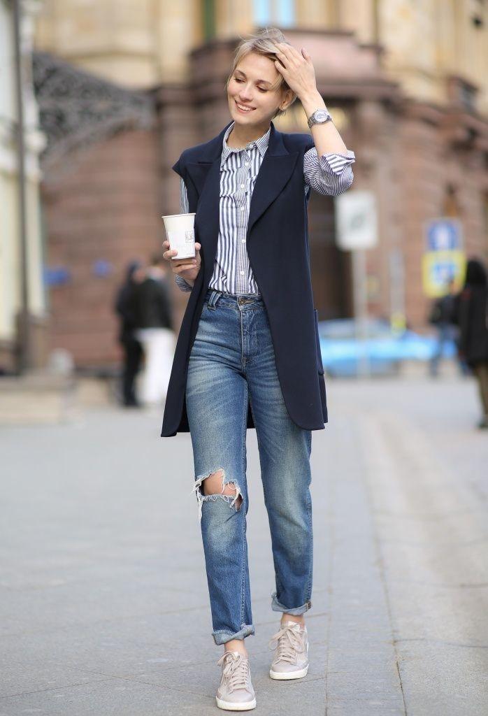 синие джинсы под жакет без рукава
