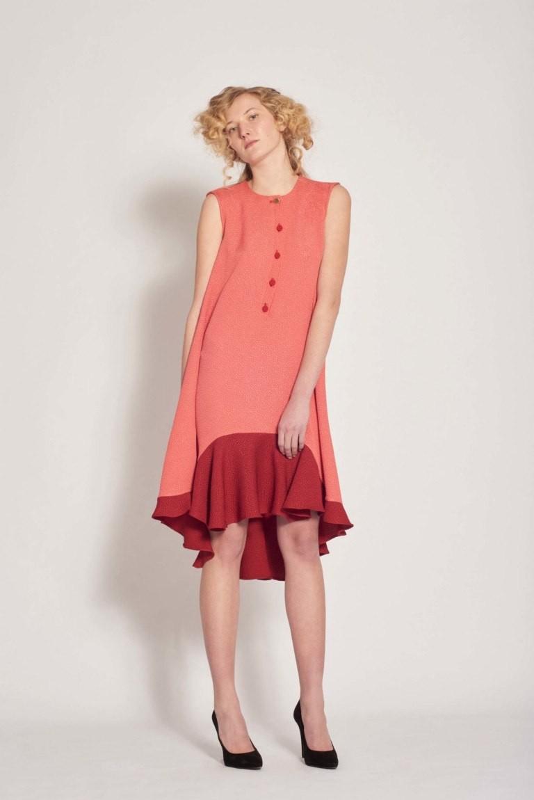 красное платье с воланами без рукава