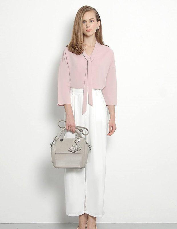 белые короткие брюки под блузку грязно-розовую