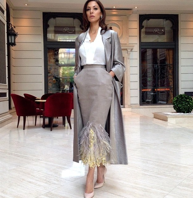серая юбка с перьями под блузку белую под серебристый жакет