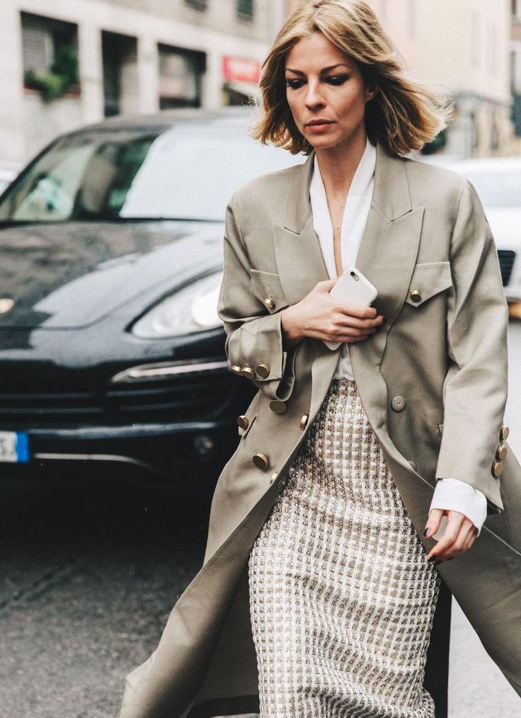 юбка коричневая с белым под белую блузку под пальто серое