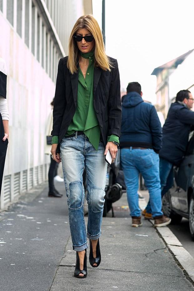 потертые короткие джинсы под зеленую блузку и черный жакет
