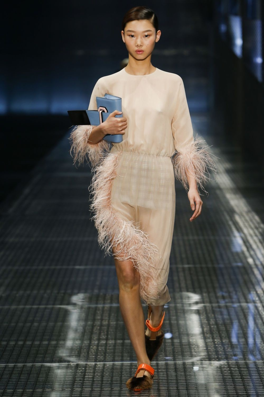 бежевое платье с перьями асимметрия