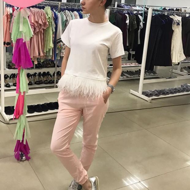 розовые штаны под кофту белую с перьями