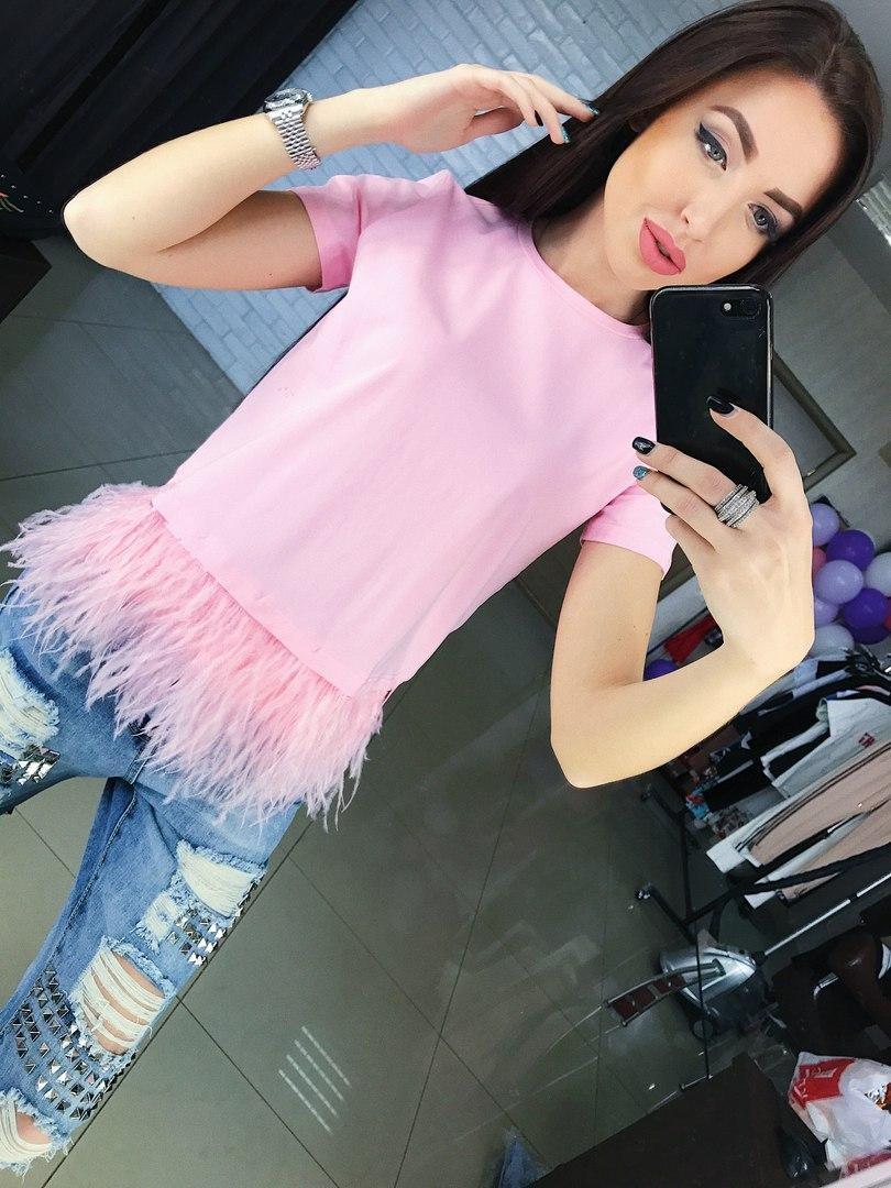 розовая футболка с перьями