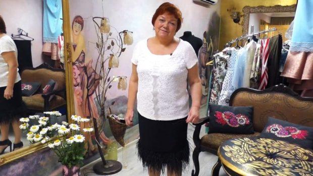 черная юбка с перьями страуса