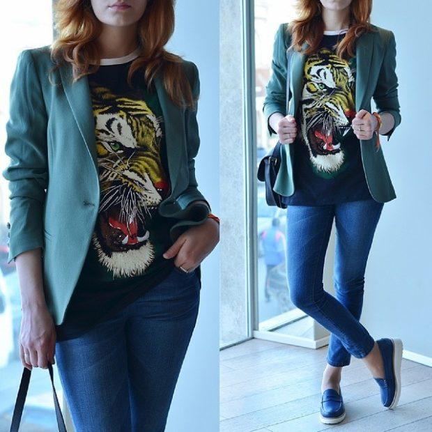 синие джинсы под черную футболку с рисунком и зеленым пиджаком