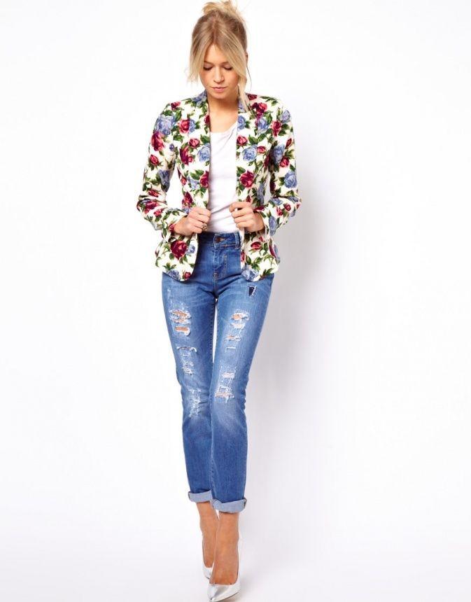 синие джинсы короткие под белую футболку и цветной пиджак в цветы