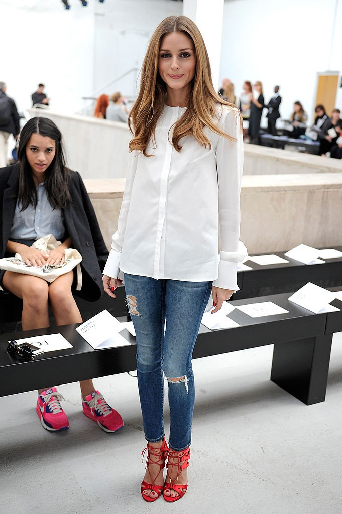 синие джинсы белая рубашка