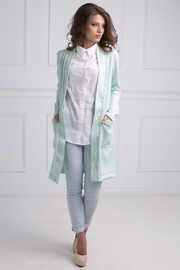 трикотажный кардиган бирюзовый серые короткие брюки белая рубашка