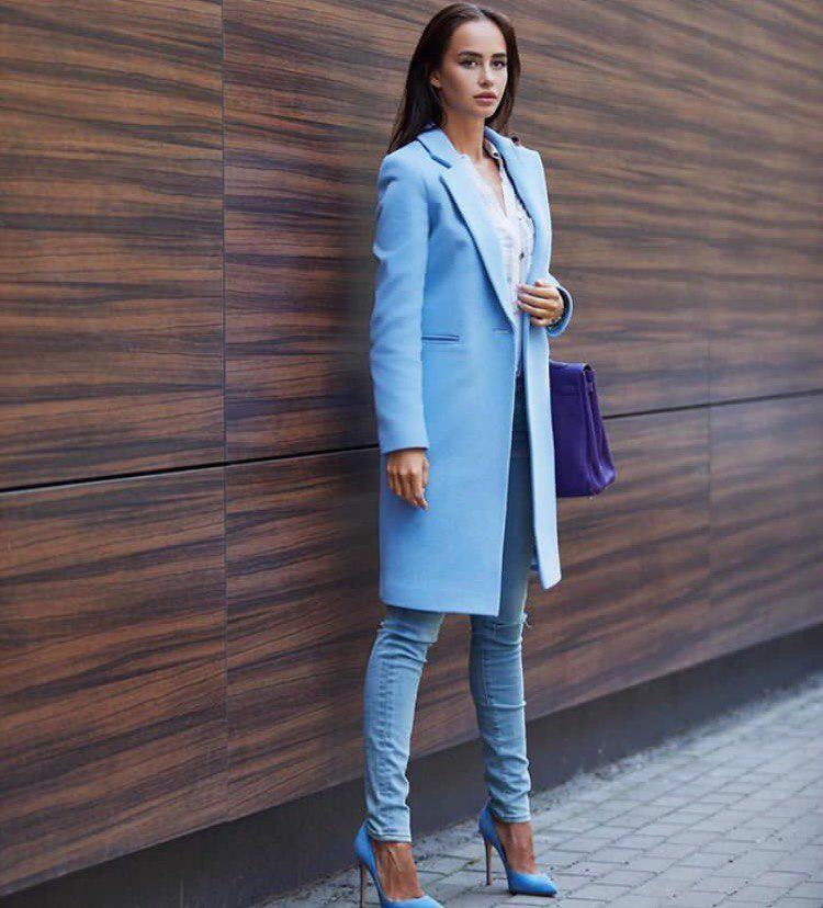 голубые джинсы под голубое пальто