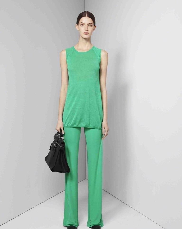 зеленый брючный костюм