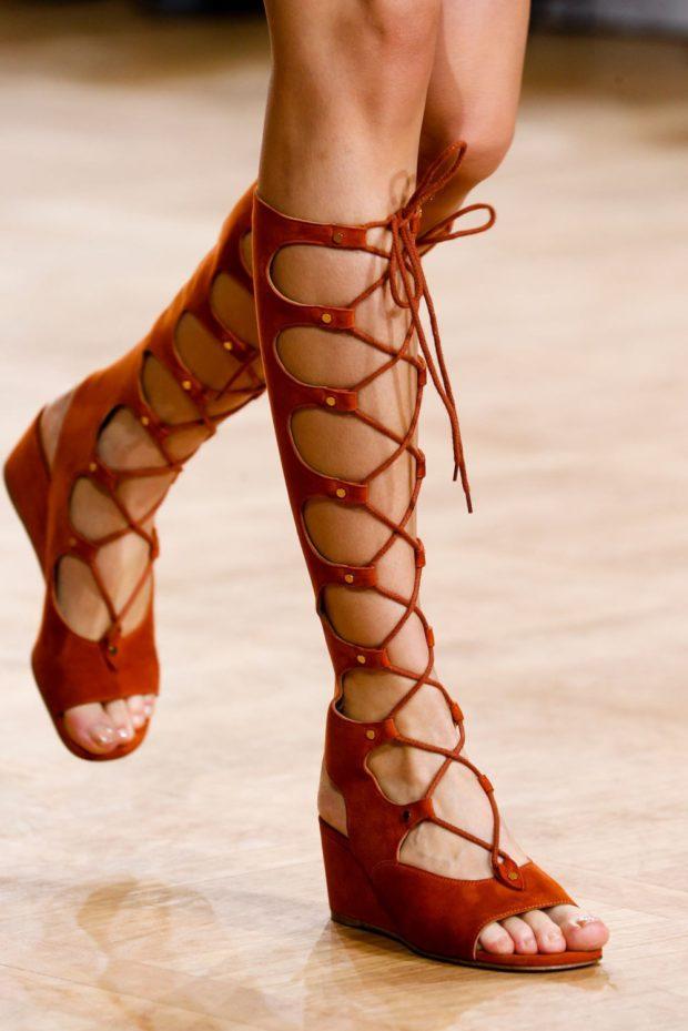 высокие красные сандалии гладиаторы