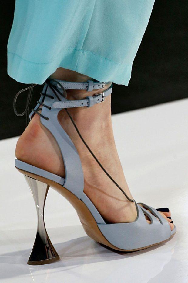 лиловые босоножки со шнуровкой сзади и асимметричным каблуком