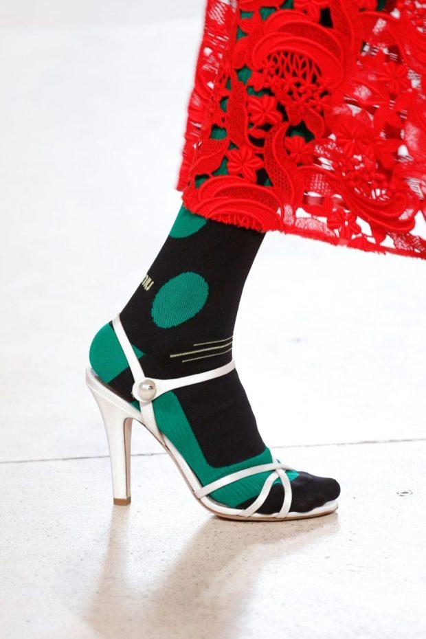 белые босоножки с плотными носками