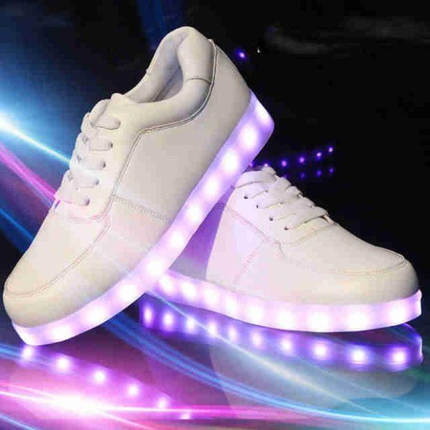 белые кроссовки со светящейся подошвой