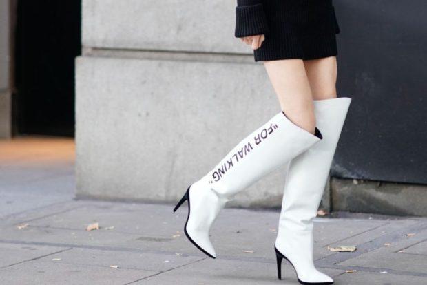 ботфорты кожаные белые на каблуке с надписью
