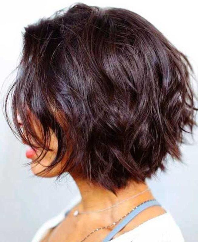 женские стрижки 2018 2019 модные тенденции фото: боб на волнистые волосы