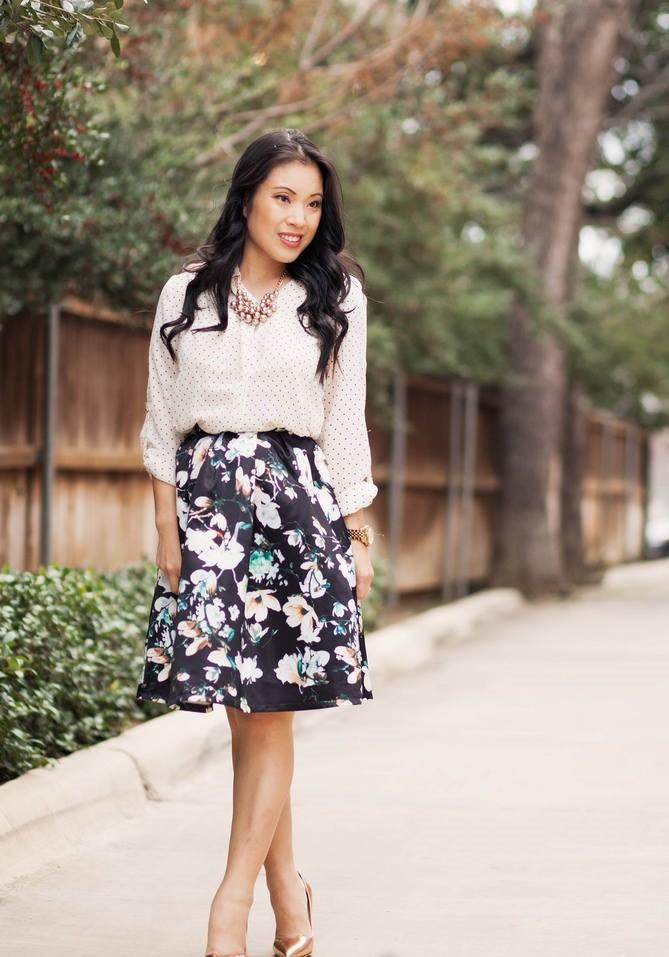 Модные тенденции весна лето: черная юбка в цветы под блузку