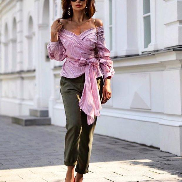 Модные тенденции весна лето 2021: зеленые штаны под блузку розовую открытые плечи