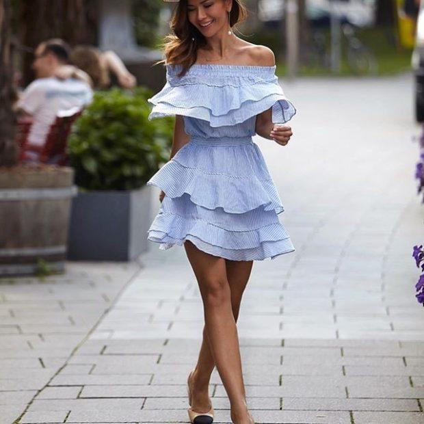 платье голубое с воланами короткое