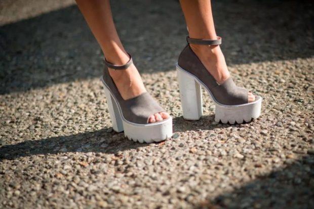 серые туфли с открытым носком на белой тракторной подошве на толстом каблуке замша