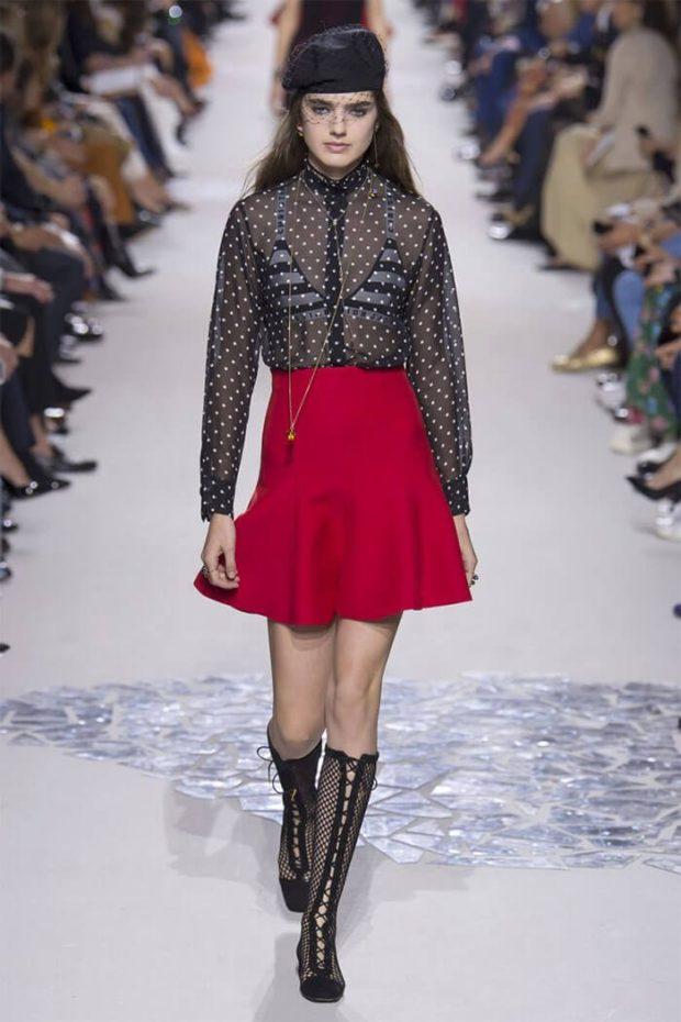 Модные тенденции весна лето 2021: красная юбка блузка прозрачная черная