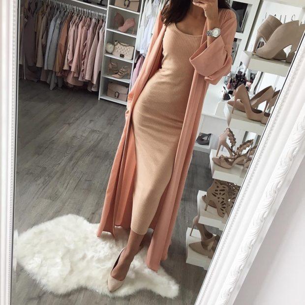Модные тенденции весна лето 2021: платье бежевого цвета длина миди под кардиган
