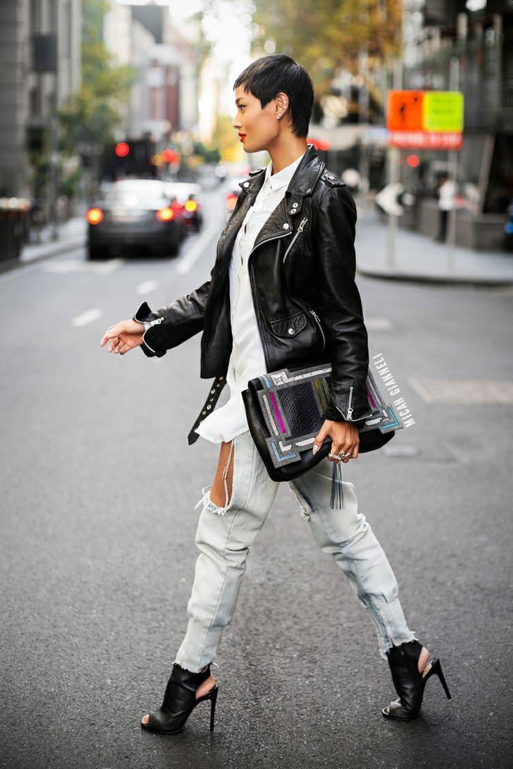 черная косуха под светлые рваные джинсы