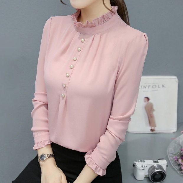 нежно-розовая блузка под черные брюки