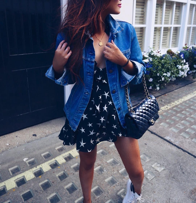 синяя джинсовая куртка под черное платье в звезды