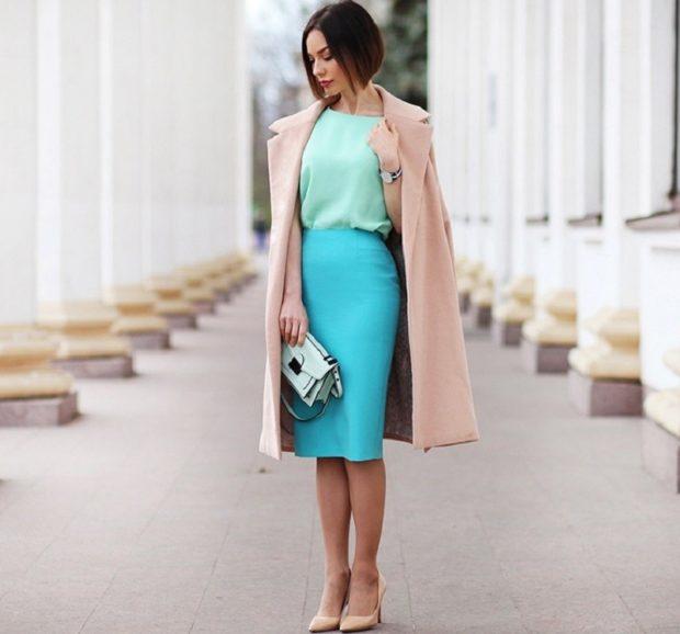 бирюзовая юбка салатовая блузка бежевое пальто