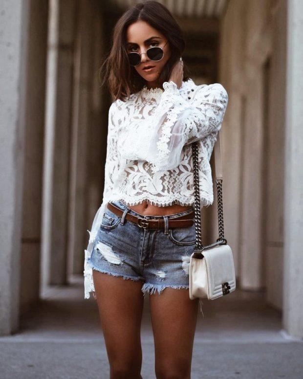 ажурная белая блузка под короткие джинсовые шорты