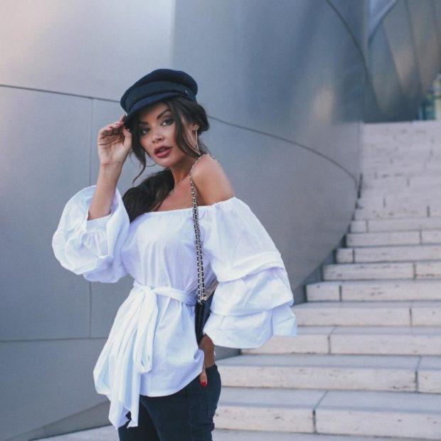 Модные тенденции весна 2021: белая блузка рукава с воланами открытые плечи