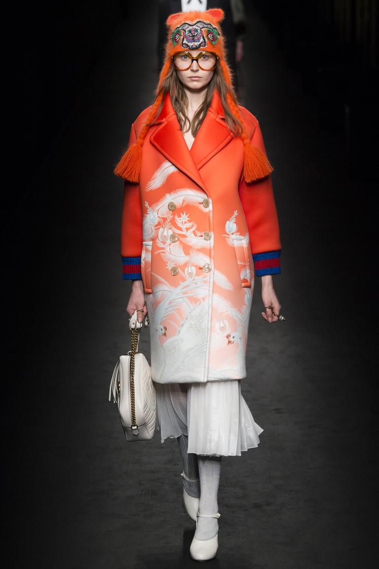 красно-белое пальто с эффектом омбре и рисунком