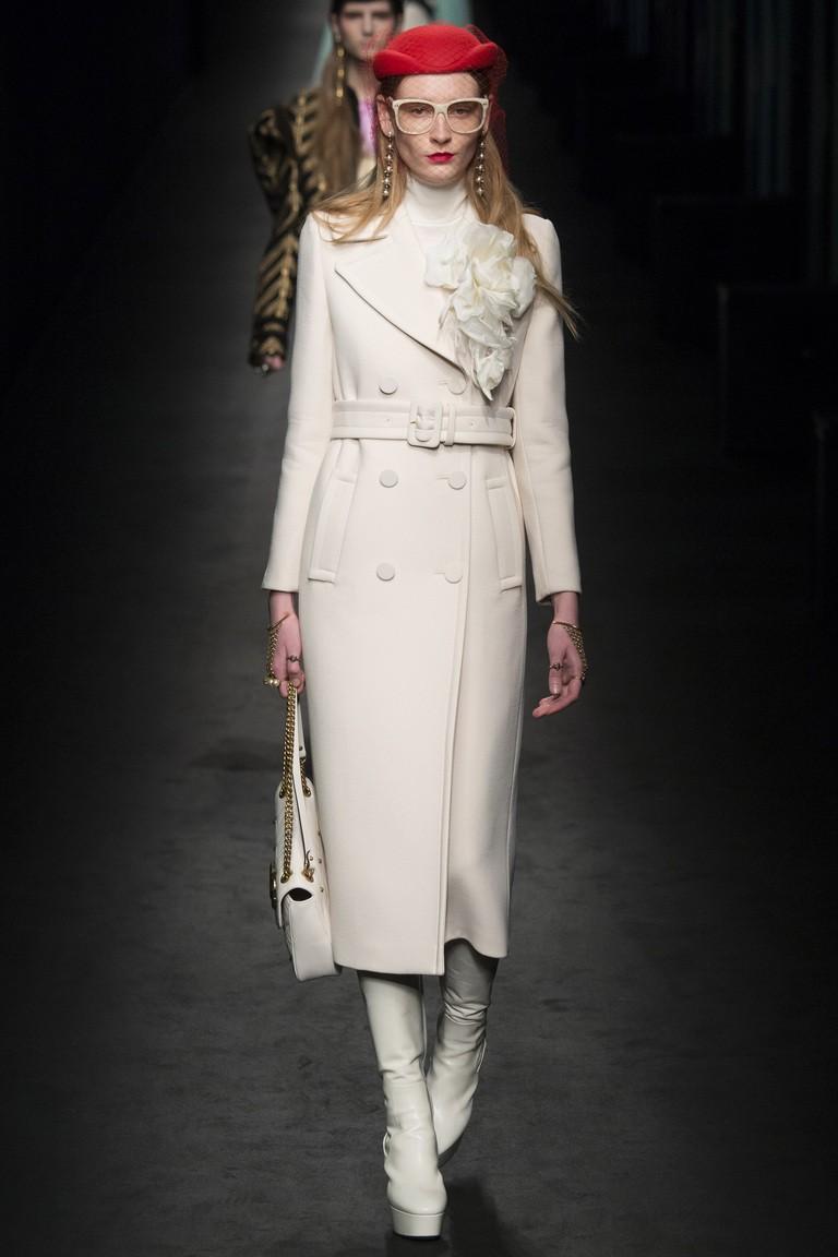 белое прямое пальто миди